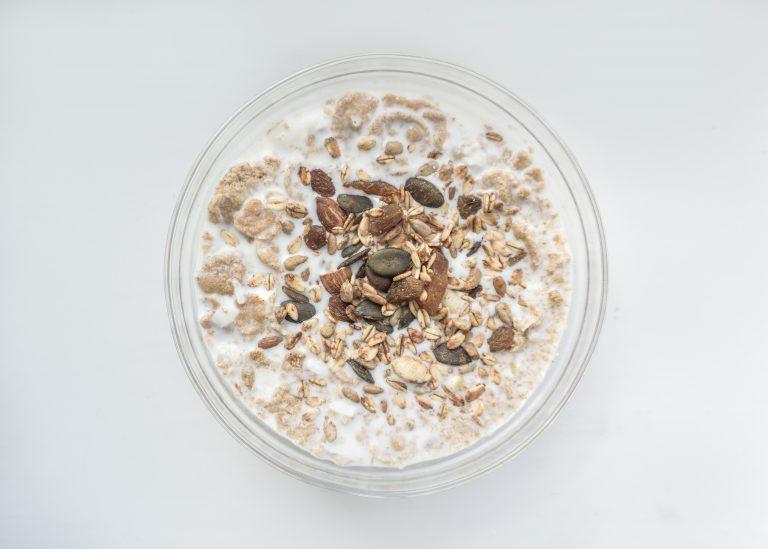 Cereal de granola y jarabe de maple