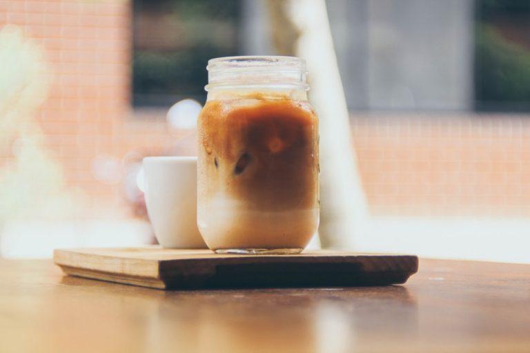 Café helado vegano con jarabe de maple