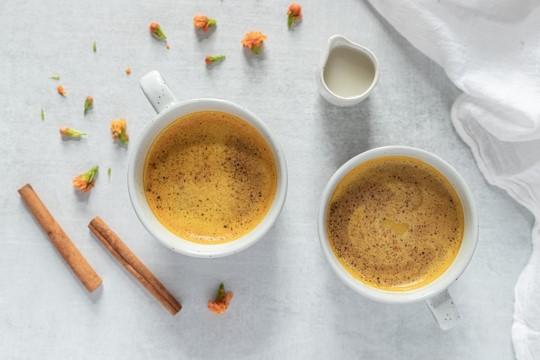 Latte cremoso de cúrcuma y jarabe de maple